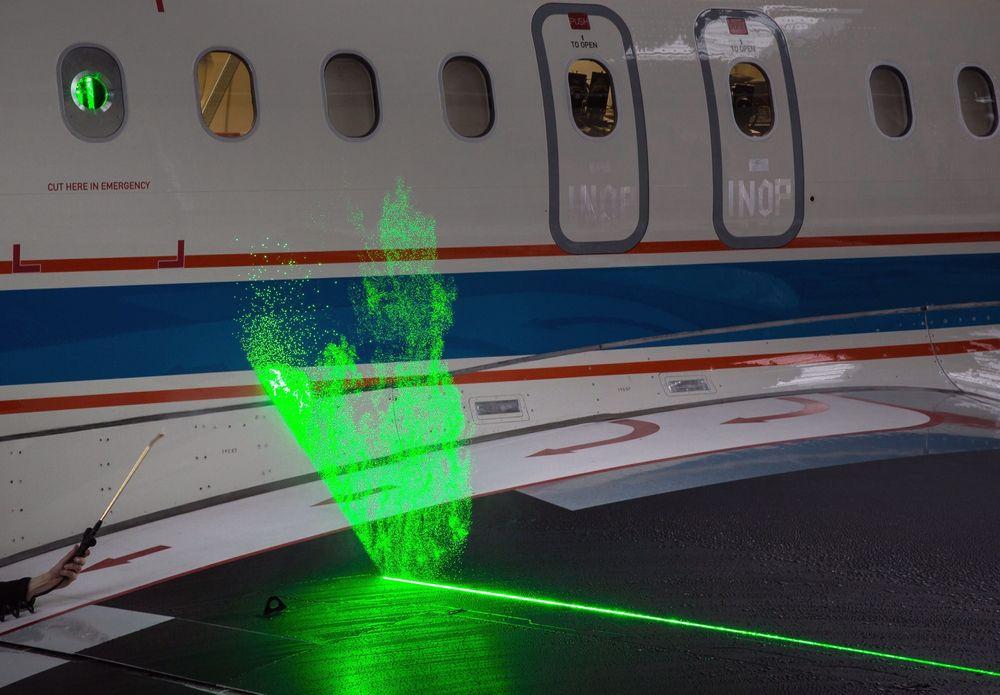 Slik fungerer teknologien. Ettersom dette er gjort i DLR-hangaren, må vanndråpene påføres manuelt.