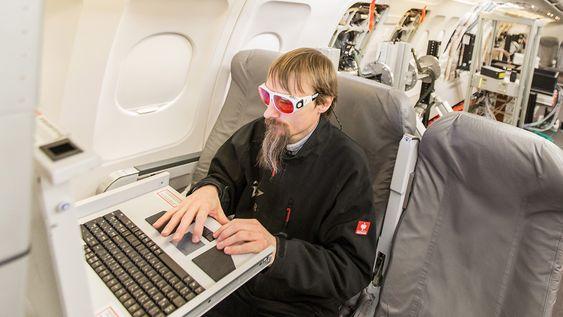 Flygere og forskere om bord i DLR-testflyet Atra må beskytte øynene under laserflygningene.