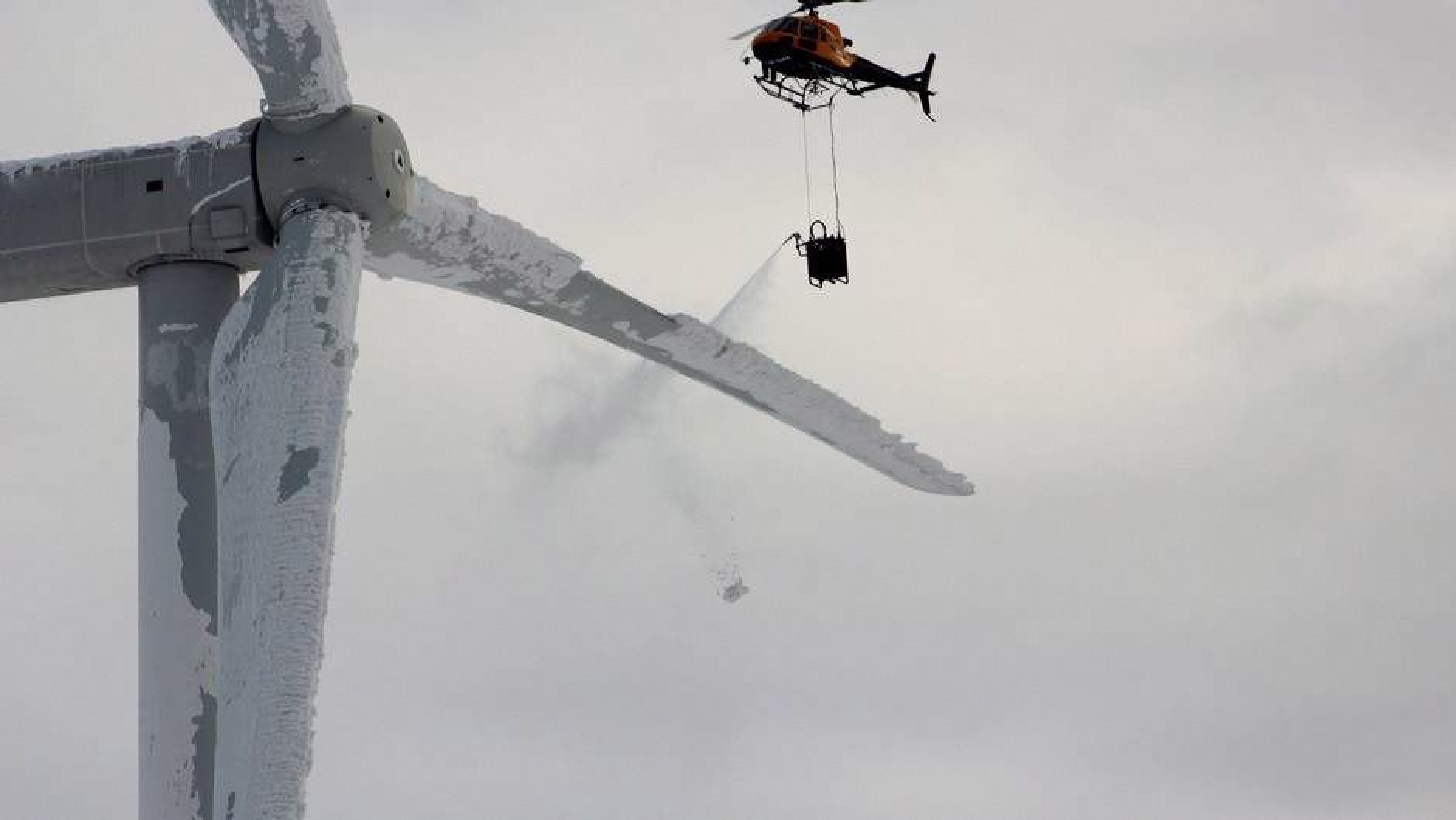 Det svenske helikopterselskapet går praktisk til verks for å av-ise vindmøller uten av-isingsutstyr.