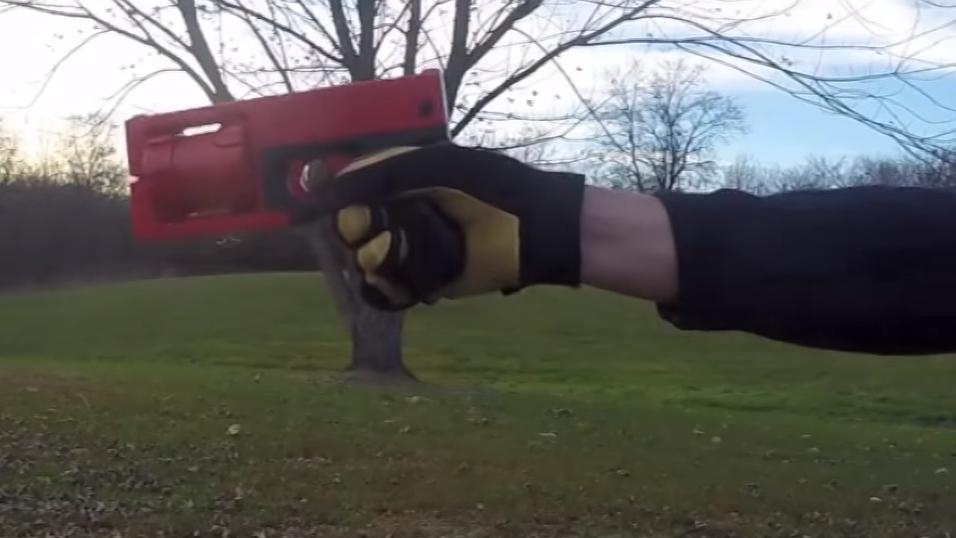 Her fyrer han av verdens første 3D-skrevne revolver