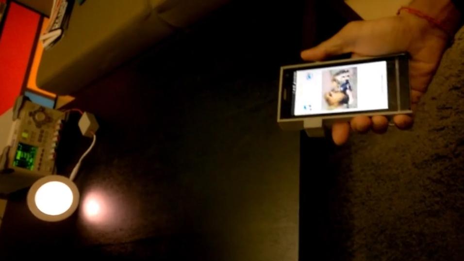 Trådløs dataoverføring med synlig lys har kommet nærmere en realitet. Bildet er hentet fra en tidligere demonstrasjon, hvor en LED-lampe strømmer videoinnhold til en mobil.