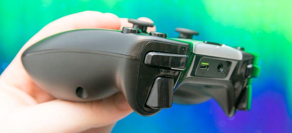 Det følger med en helt utmerket spillkontroller i Shield-esken, men som vanlig fjernkontroll er den i største laget.