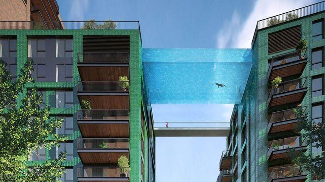 20 cm glass er alt som skiller svømmerne fra fritt fall