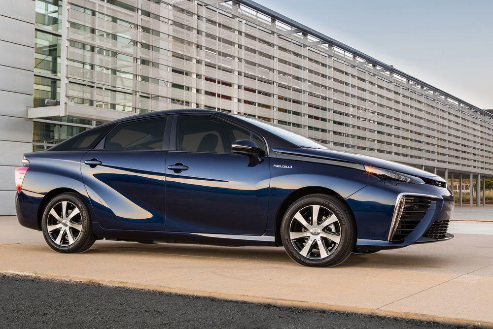 Hydrogendrevne Toyota Mirai klarer 500 km på en fylling av 4,5 kg hydrogen komprimert til 700 bar. Foto: Toyota