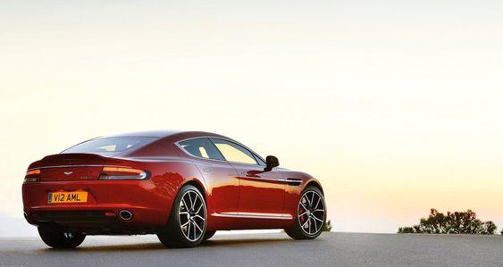 Den firedørs luksussportsbilen Rapide S skal komme i elektrisk versjon, men det betyr ikke at Aston Martin har tenkt å kvitte seg med V12-versjonen med det første.