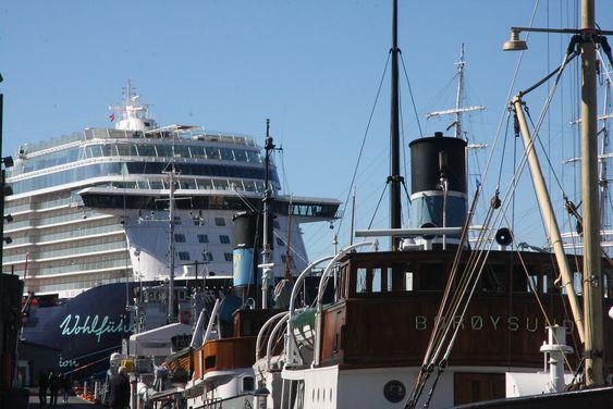 Gamle dampskip og et moderne cruiseskip ved kai i Oslo. Få av skipene som bringer turister til byen er klargjort for landstrømtilkobling.