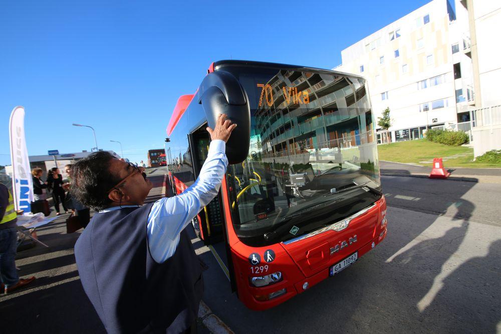 Sjåfør Khan Mujib gjør siste finpuss før en av de splitter nye biogassbussene settes i trafikk.