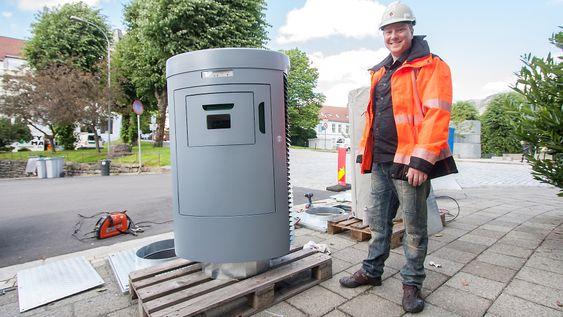 Disse nedkastene skal erstatte de mange søppelkassene i Bergen sentrum. Ørjan Mjøs, utbyggingsansvarlig i BIR Nett, kaller det en stor sentralstøvsuger.
