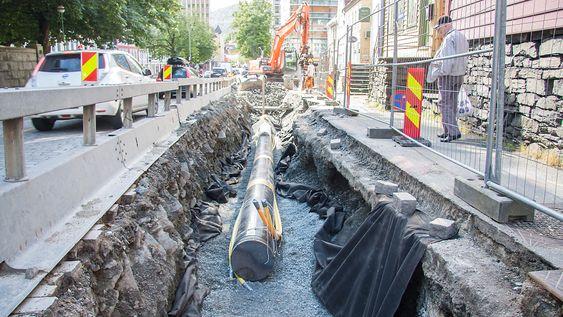 Kilometervis med rør legges ned i Bergens gater. Det kan være utfordrende i en gammel bykjerne.