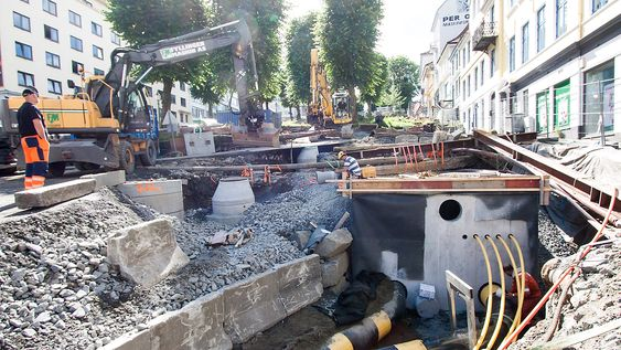 Betongkummer som huser avfallstangene graves ned under bakken. Denne er plasstøpt, og betjener 165 husstander.