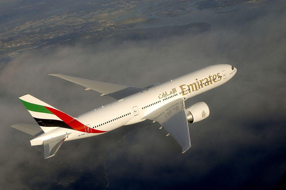 Det kan gå mot et reelt forbud mot å frakte litiumbatterier som gods i passasjerfly denne måneden. Her vises Emirates Boeing 777-200LR.