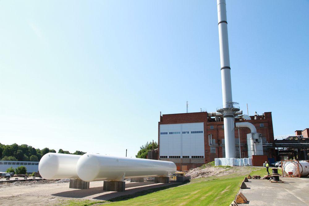 LNG-tankene og bygget med gasskjel i bakgrunnen hos Borregaard.