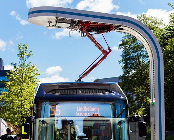 Pantografen som lader elbussens batterier er montert på ladestasjonen og senkes ned på kontaktpunktene på taket av bussen. Slik reduseres vedlikeholdet på bussene. Foto: Siemens