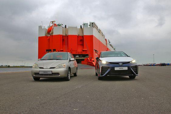 De første eksemplarene av Toyota Mirai ble levert i Europa ganske nøyaktig 15 år etter at den første produksjonsversjonen av Toyota Prius ble kjørt land.