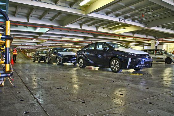 Tre Toyota Mirai rullet i land i Zeebrugge mandag denne uka.
