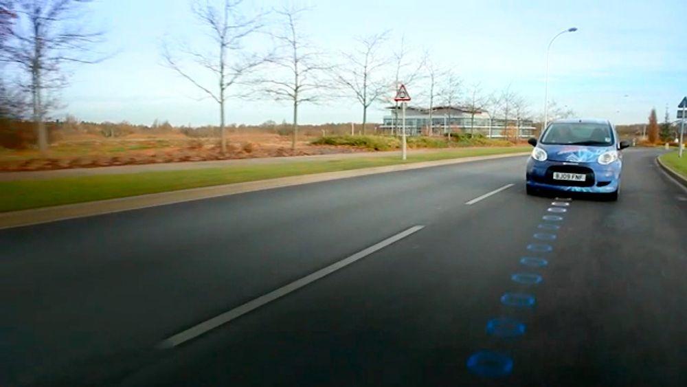 Britiske myndigheter skal teste ut trådløs lading i veibanen. Illustrasjonen viser Qualcomms Halo-system.