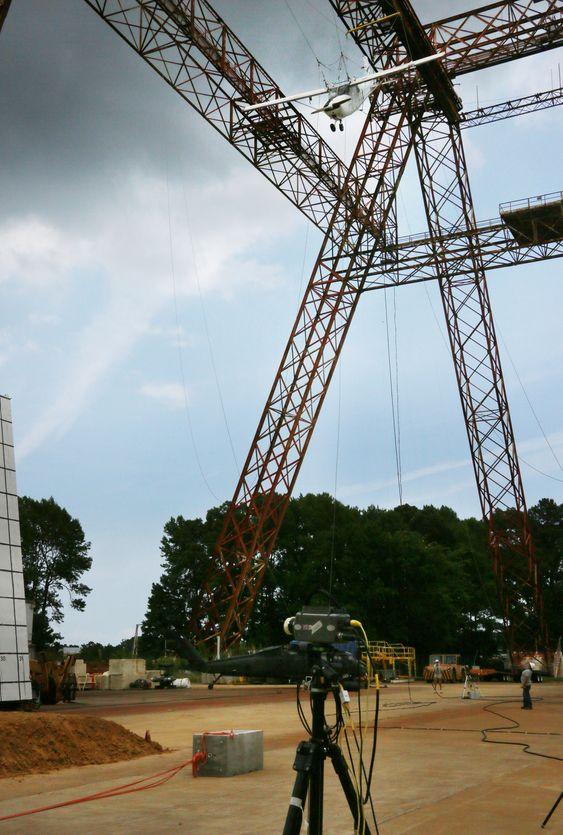 I den andre krasjtesten i Eltsar-prosjektet ble flyet sluppet fra en høyde på 100 fot, altså cirka 30 meter.