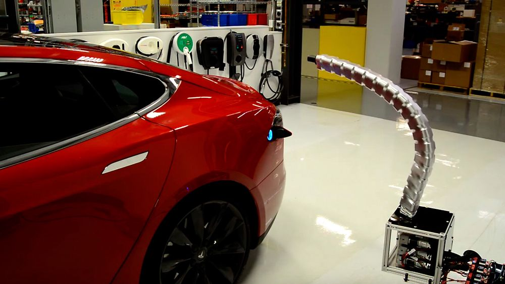 Tesla viser frem en ladeplugg som finner veien til ladeporten på egen hånd.