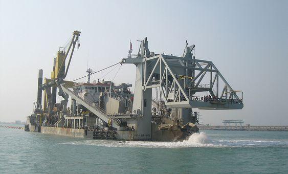 """Verdens største mudringsfartøy av typen """"cutter dredger"""", J.F.J. De Nul, er ett av mange som ble brukt for å øke seilingsdybden i Suezkanalen."""