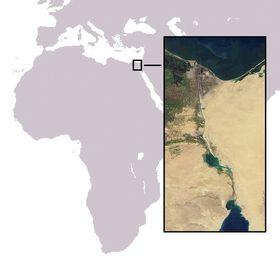 Suezkanalen betår av både menneskeutgavde kanaler og sjøer. Kanalen er uten sluser og gjør det mulig å seile mellom Middelhavet og Rødehavet. Illustrasjonen er laget av Yolan Chériaux, basert på åpent tilgjemgelig kart og bilde fra NASA.