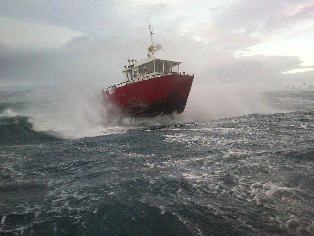 Tøffe forhold for små båter i havbruksnæringen. SFI Exposed vil blant anet se på krav til fartøy.