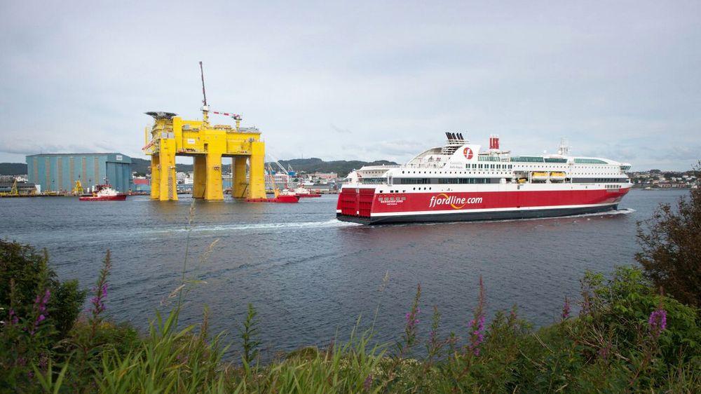 Landemerket forsvinner: Dolwin beta, plattformen som skal ta i mot strøm fra flere hundre havvindmøller, forlater Haugesund denne helgen. Bildet er fra mandag.