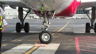 En av verdens travleste flyplasser synker og slår sprekker