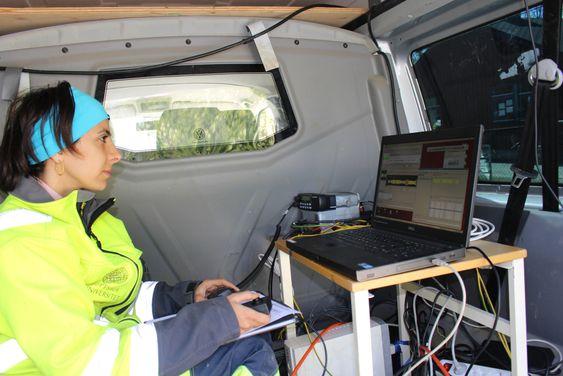 Azita Dehghannejad fra Uppsala Universitet følger med på målingene i sanntid under de seismiske undersøkelsene.