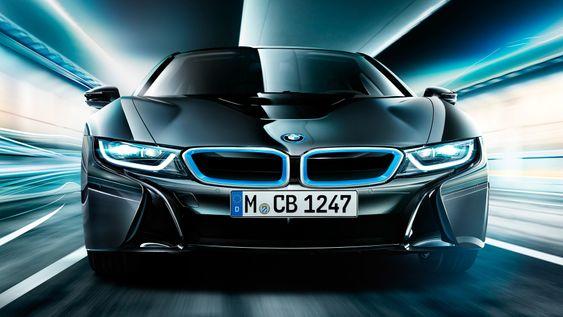 BMW i8 er en futuristisk sportsbil som klarer noen mil på ren batteridrift.