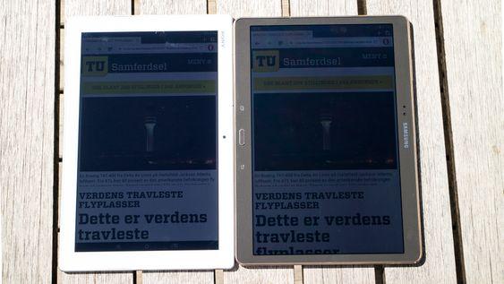 Mot Samsung i solen: Selv i intenst sollys er det mulig å lese skjermen på Xperia Z4 Tablet. Den er mer lyssterk enn Samsungs fantastiske AMOLED-skjerm på deres 10,5 toimmers Tab S.
