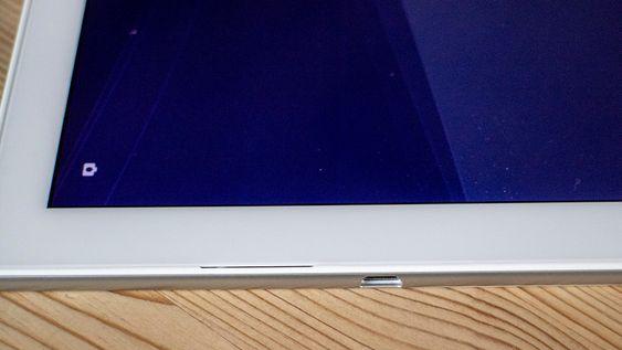 Vanntett: I Xperia Z4 Tablet er USB-kontakten blitt vanntett. Tidligere måtte man åpne et lokk for å lade. Den nesten umerkelige spalten til venstre for for kontakten er den ene høyttaleren.