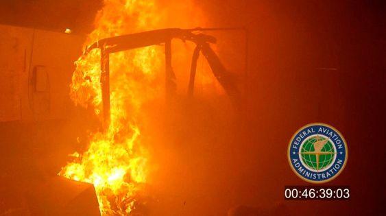 Federal Aviation Administration (FAA) har gjennomført tester som viser hvordan branner i lasterommet kan oppstå i forsendelser med litiumbatterier.