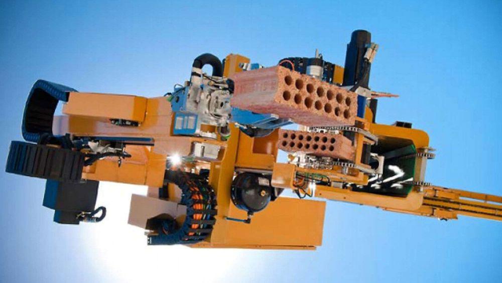 Murer-roboten Hadrian kan sette opp skallet til et vanlig bolighus på rundt to dager. Nå skal den ut i verden.