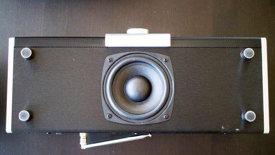 Sværing: Modell Large har en svær firetommers basshøyttaler montert på undersiden. Den sikrer en fylde i lyden som vi ikke kan huske å ha hørt i en radio i denne klassen. Det eneste ankepunktet er at den sitter litt ubeskyttet. Et gitter hadde vært bra.