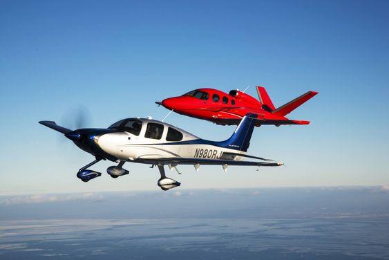 Den første Vision SF50-prototypen i rødt sammen med et SR22T.