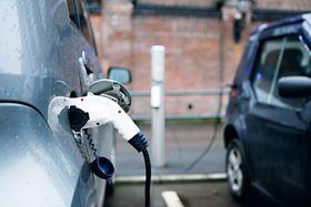 En del av energien forsvinner ut som varme når bilen lader.
