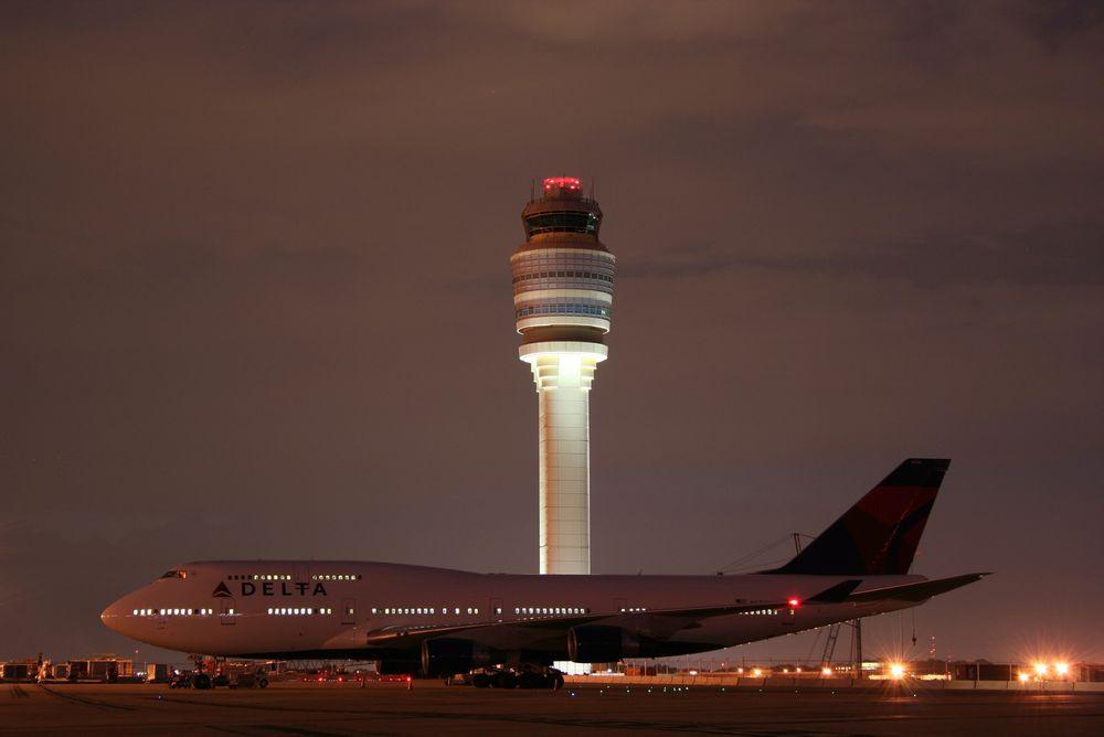 En Boeing 747-400 fra Delta Air Lines på Hartsfield-Jackson Atlanta lufthavn. Fra ATL kan 80 prosent av den amerikanske befolkningen fly hjem på under to timer. Tårnet er med sine 121 meter det høyeste i Nord-Amerika og det fjerde høyeste i verden.