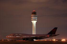 B747-400 fra Delta på ATL. Tårnet er med sine 121 meter det høyeste i Nord-Amerika og det fjerde høyeste i verden.