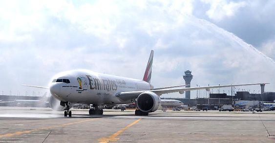 En Boeing 777-200LR på O'Hare lufthavn i august 2014 da Emirates åpnet ruta mellom Dubai og Chicago.