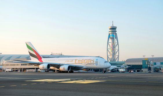 Airbus A380-800 er et vanlig syn på Dubai internasjonale lufthavn. Emirates har utelukkende bredbuksfly i sin flåte, deriblant 62 slike dobbeltdekkere.