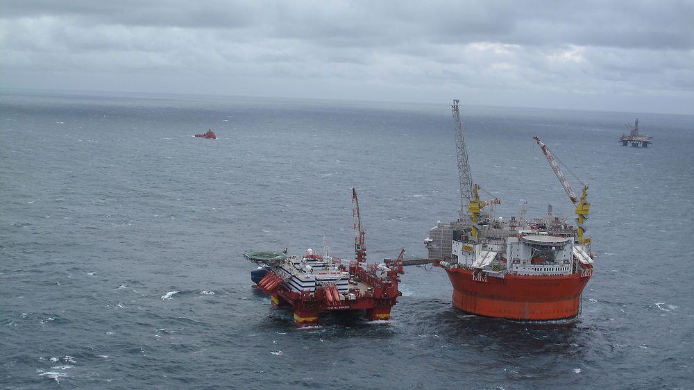 Goliat på feltet i Barentshavet. Floatel superior er nå koblet fra.