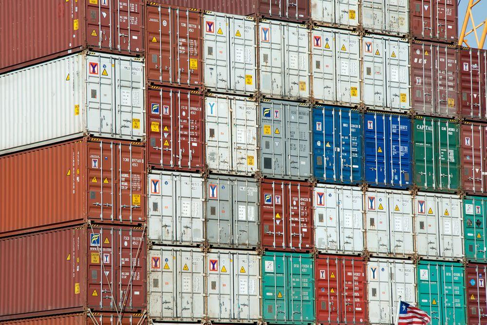 Prisene på enten økes på vei, eller senkes på sjø, for at flere skal velge å frakte godts med skip, viser en ny rapport fra Transportøkononmisk institutt.