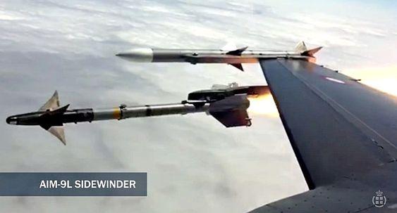 AIM-9L Sidewinder skytes fra dansk F-16. AIM-120 Amraam ytterst på vingen.