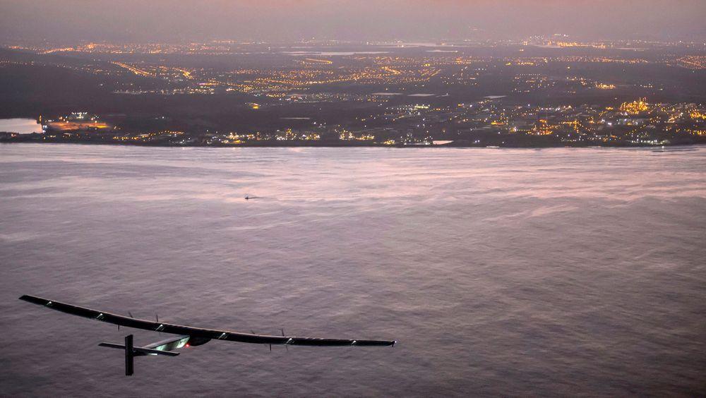 André Borshberg og Solar Impulse 2 på vei inn mot Kalaeloa-flyplassen på Hawaii fredag, etter det som var den lengste flyturen for et fly noensinne.