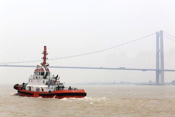 Den første av to kinesiske slepebåter med gassmoterer fra Rolls-Royce på prøvetur. Den blir nå levert fra verftet Zhenjiang til CNOOC.