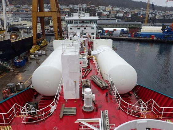 De to gasstankene er plassert på dekket til Bergen Viking.