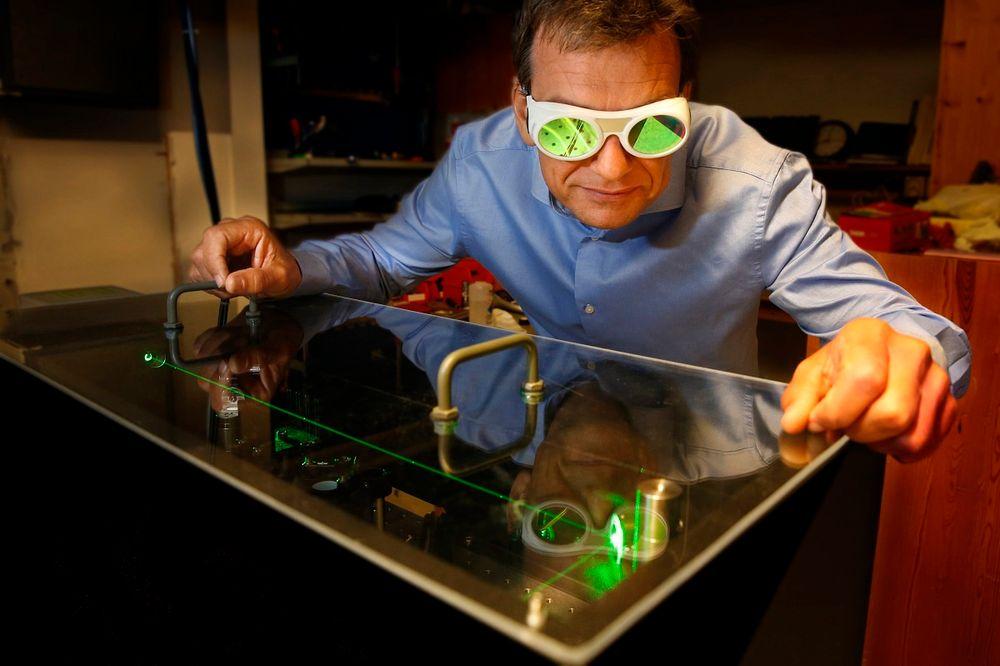 Professor Helge Weman er teknisk leder i CrayoNano. Han vil utkonkurrere kvikksølvlamper i vannrensing.