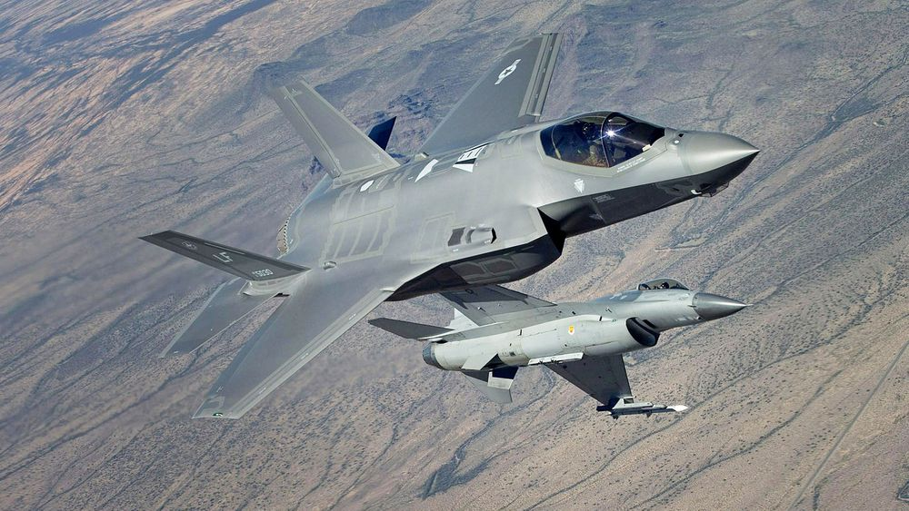 F-35 har møtt F-16 i nærkamptesting. Men hva man egentlig lærte av dette treffet, verserer det flere meninger om.