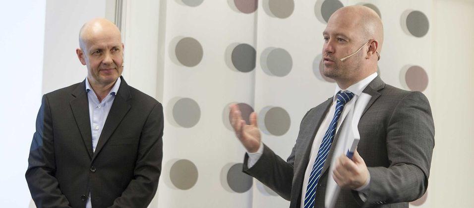 Utvalgsleder Olav Lysne overleverte den 330 sider store rapporten om digital sårbarhet til justis- og beredskapsminister Anders Anundsen, som understreket hvor viktig sikkerhet og beredskap er for regjeringen.