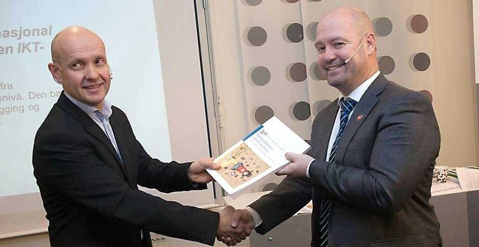 Olav Lysne gir her justis- og beredskapsminister Anders Anundsen en papirversjon av sårbarhetsrapporten i desember 2015. Lysne-utvalgets rapport danner mye av bakteppet for deler av Nkoms risiko- og sårbarhetsvurdering av ekom-nettene i Norge.